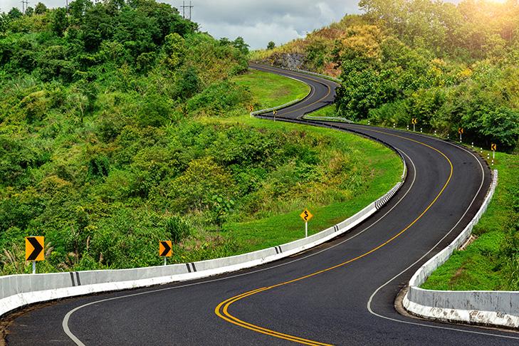 Eine Straße schlängelt sich über die Berge im Dschungel Thailands in der Provinz Nan.  Road no.3 oder sky road über den Bergen im Dschungel in der Provinz Nan, Thailand.